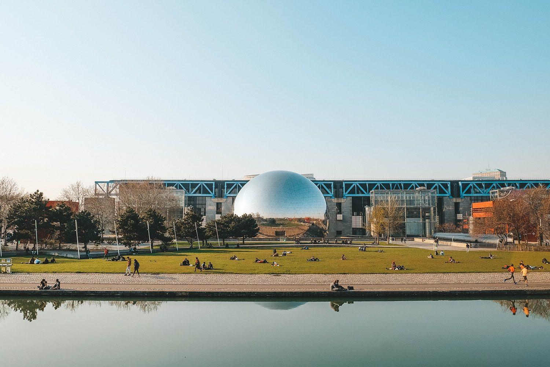 Vue sur la Géode et la Cité des sciences et de l'industrie