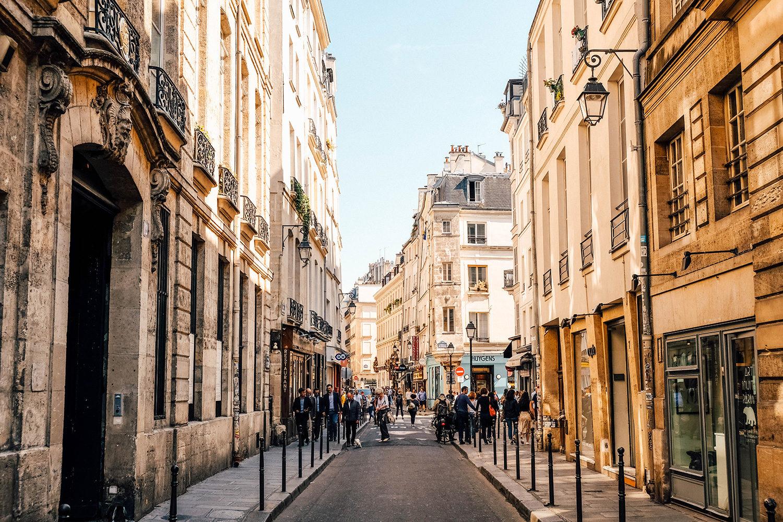 Esprit village d'une rue populaire au coeur du Marais