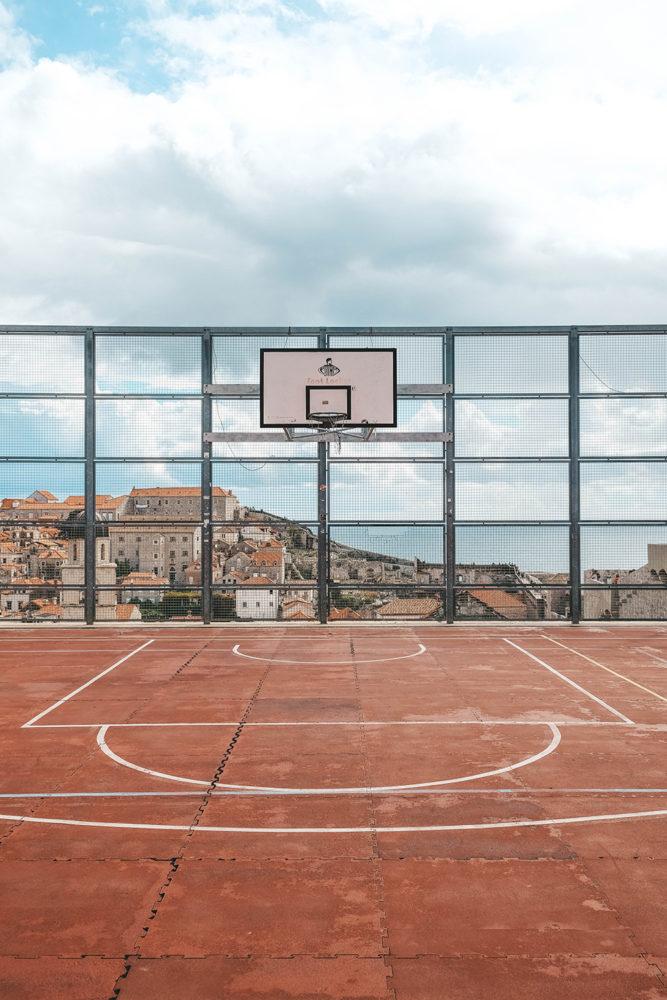 Terrain de basket avec vue sur les toits de la ville