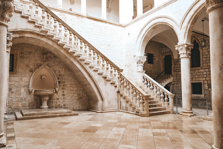 L'escalier central du palais du Recteur