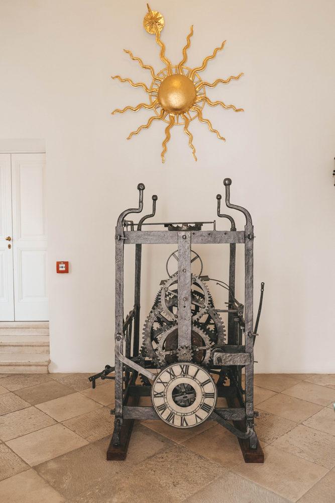 Vieille horloge exposée dans le palais du Recteur