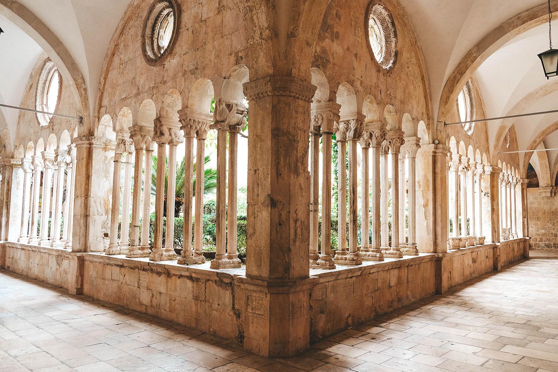 Le cloître roman du monastère franciscain de Dubrovnik