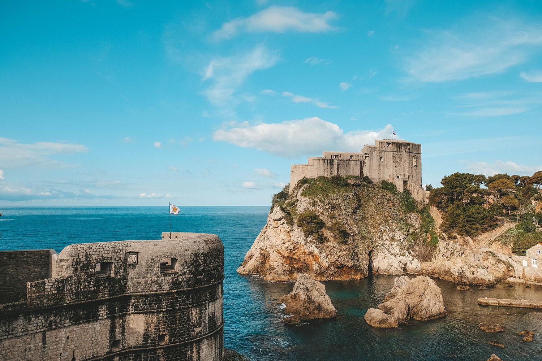 Vue du fort Lovrijenac depuis les remparts de Dubrovnik
