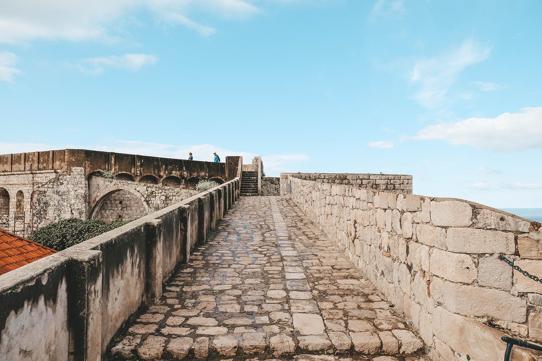 Grande allée pavée des remparts
