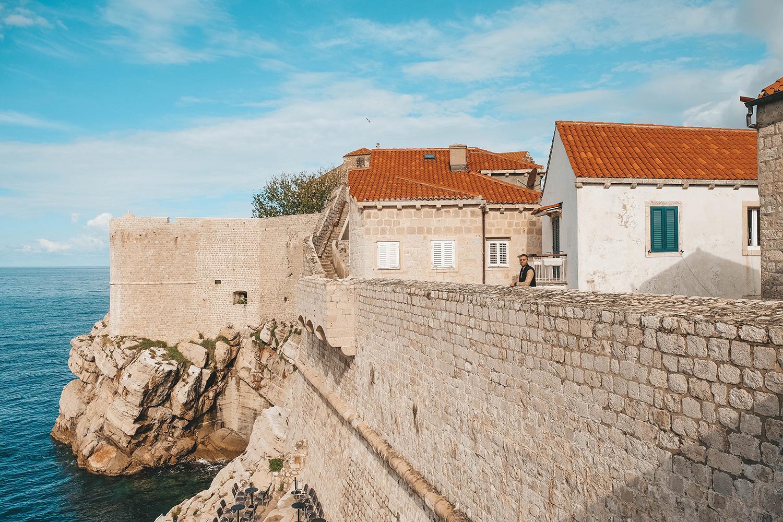 Julien en balade sur les remparts de Dubrovnik