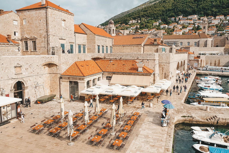 La grande terrasse sur le port de plaisance de Dubrovnik