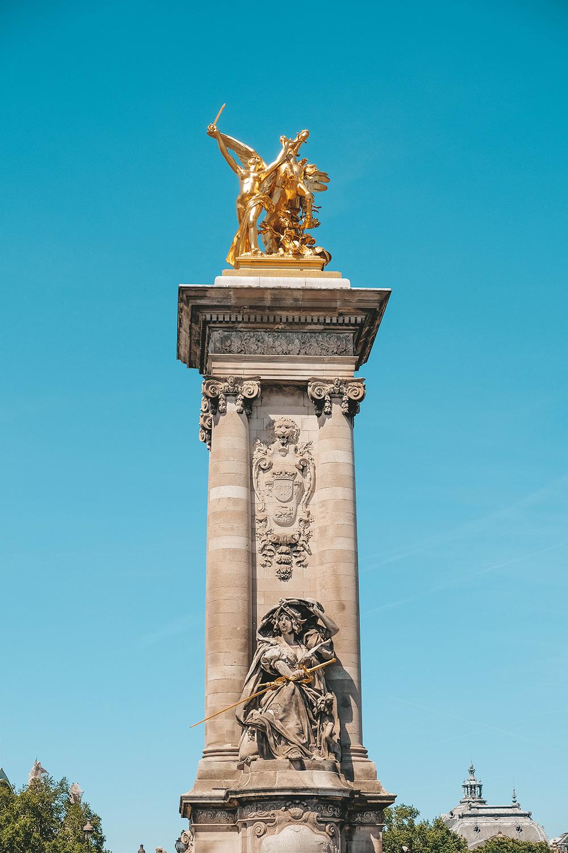 Un des quatre pylônes en bronze doré