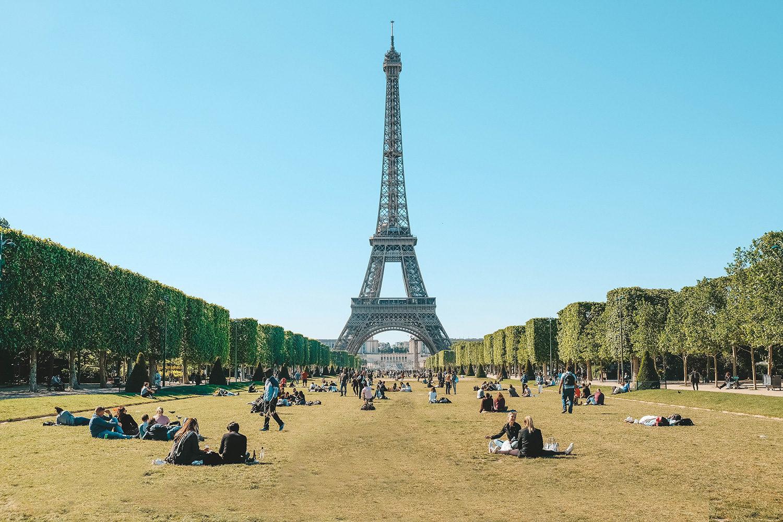 Parisiens assis sur le Champ-de-Mars