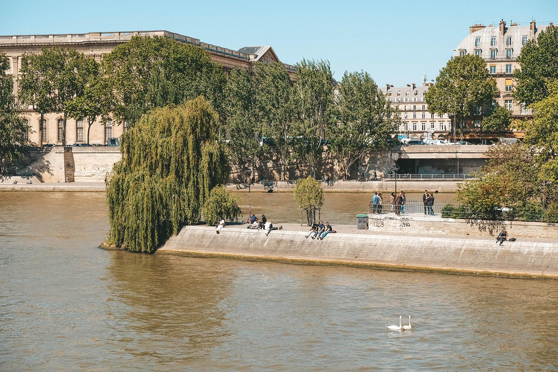 Les parisiens se prélassent au square du Vert-Galant