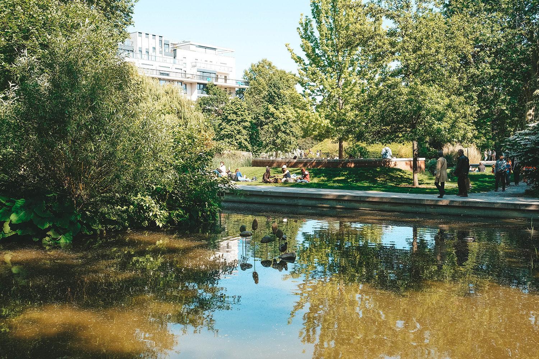 Moment de détente au bord du petit lac du parc de Bercy