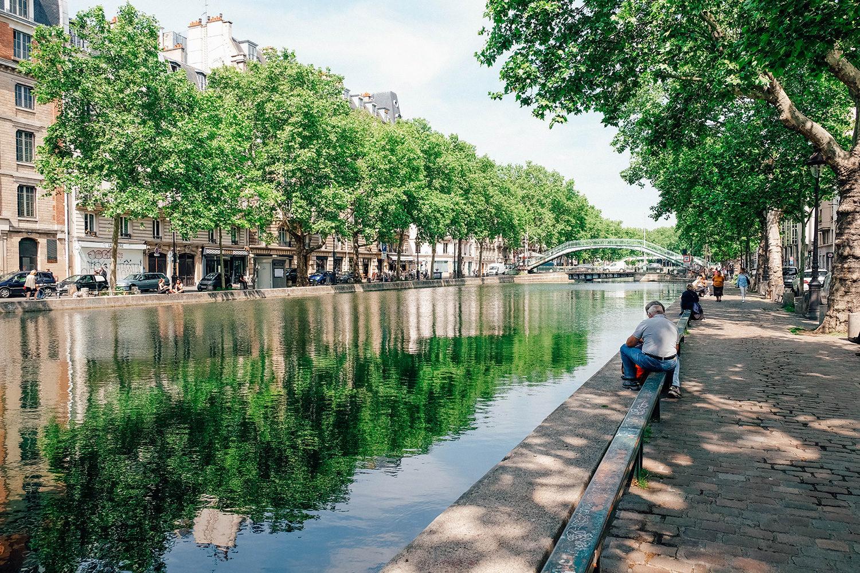 Détente des parisiens sur les bords du Canal Saint-Martin