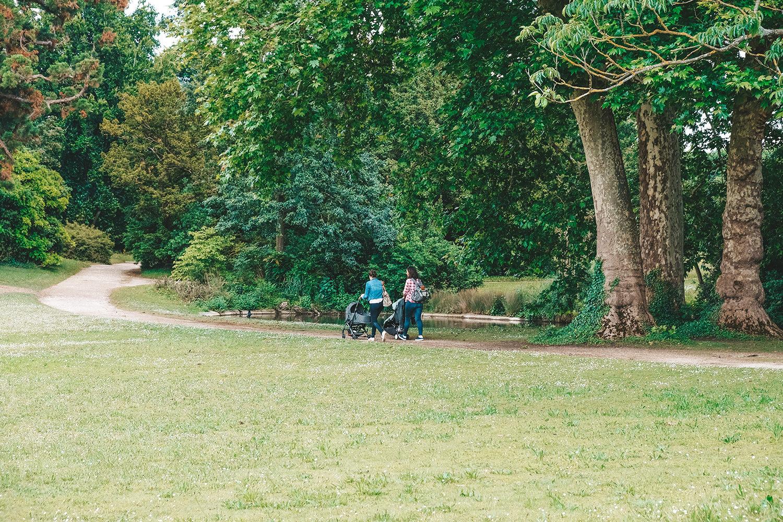 Jeunes mamans en balades dans le parc