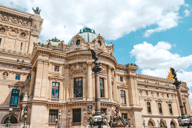 Vue du Palais Garnier depuis la rue Auber