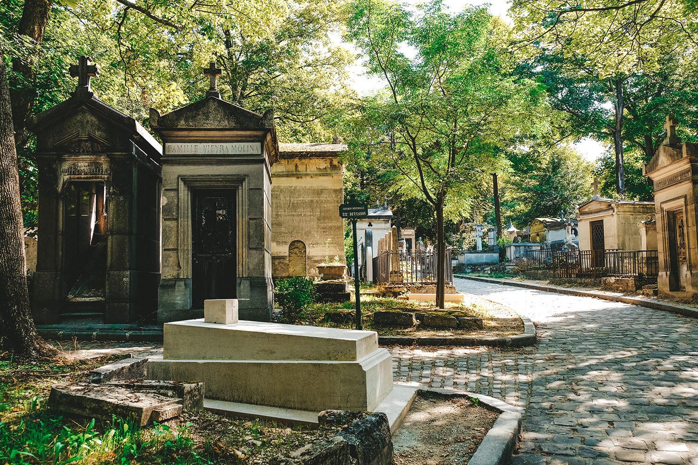 Les vieux caveaux du cimetière