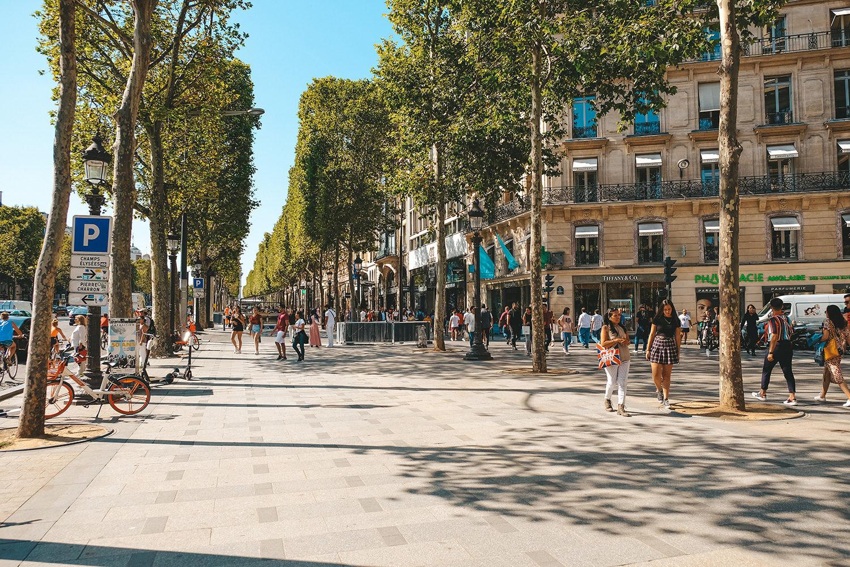 Les nombreux touristes de l'avenue des Champs-Elysées