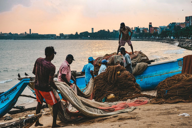Les pêcheurs rangent leurs filets