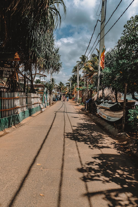 La route qui longe la plage de Tangalle