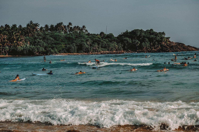 Hiriketiya Beach et ses centaines de surfeurs