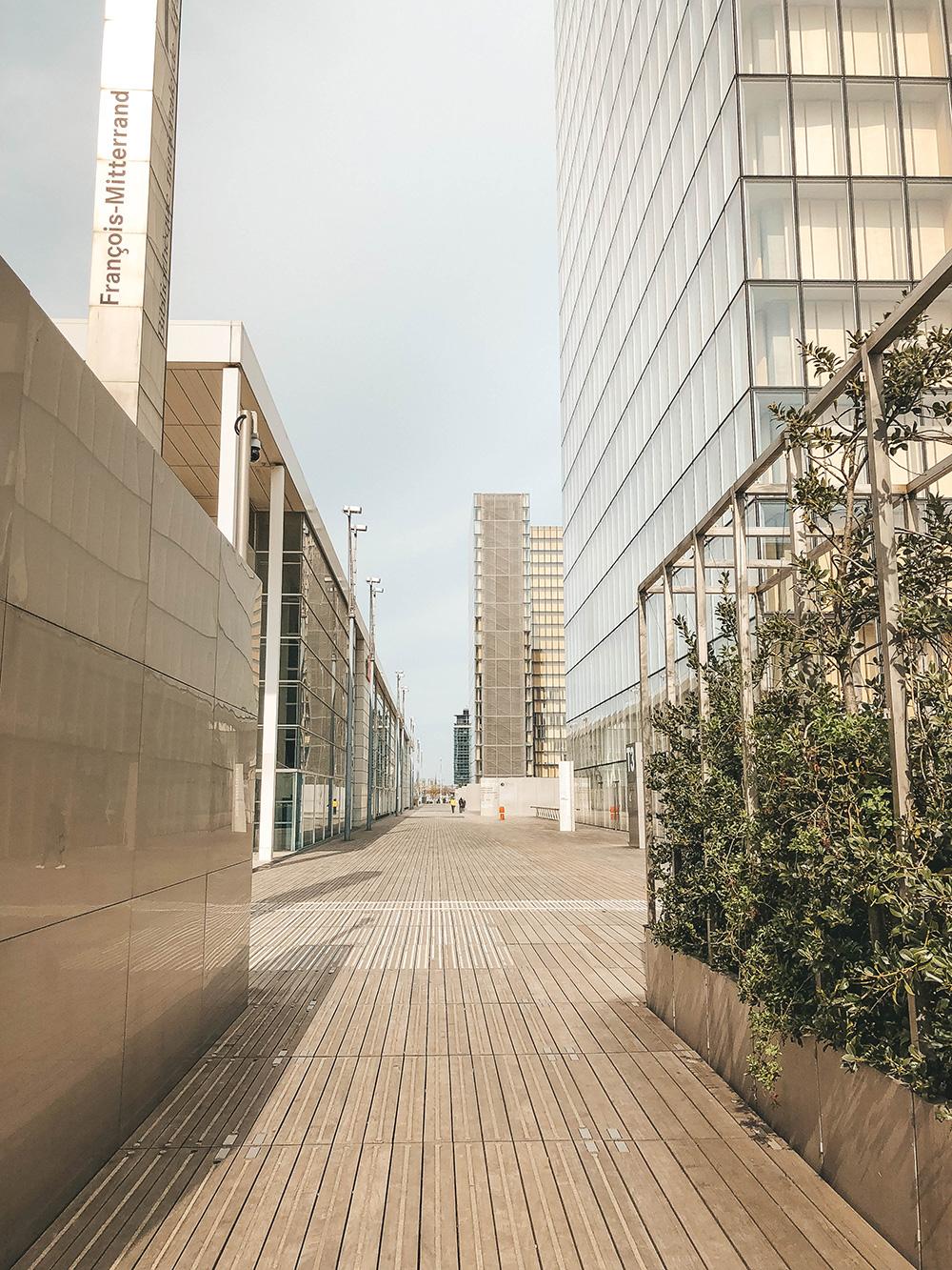 Une longue passerelle du site