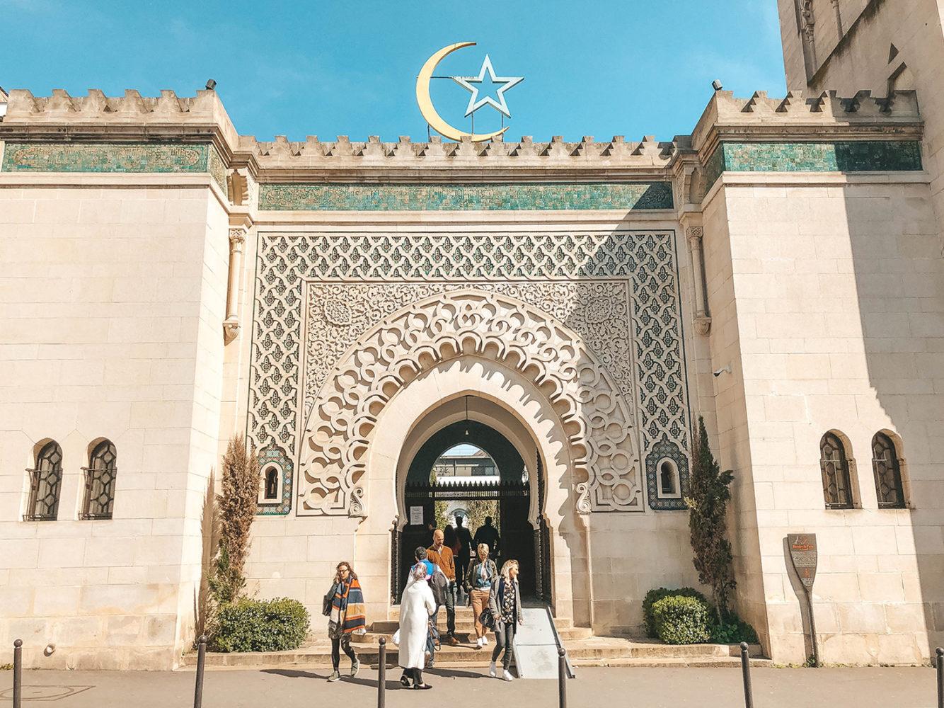 L'entrée principale de la mosquée