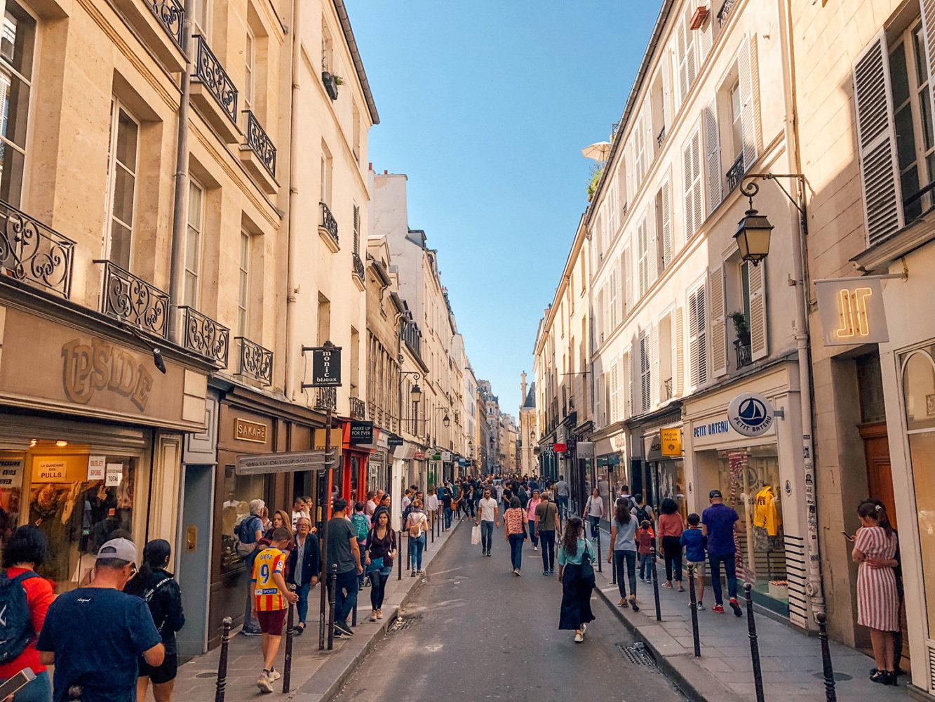 La rue très animée des Francs-Bourgeois