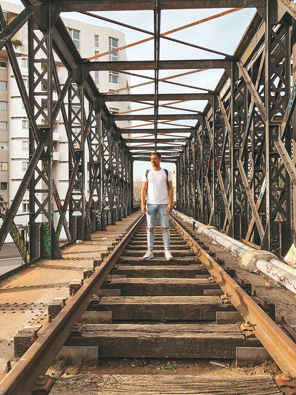 Nicolas prend la pose sur les anciens rails