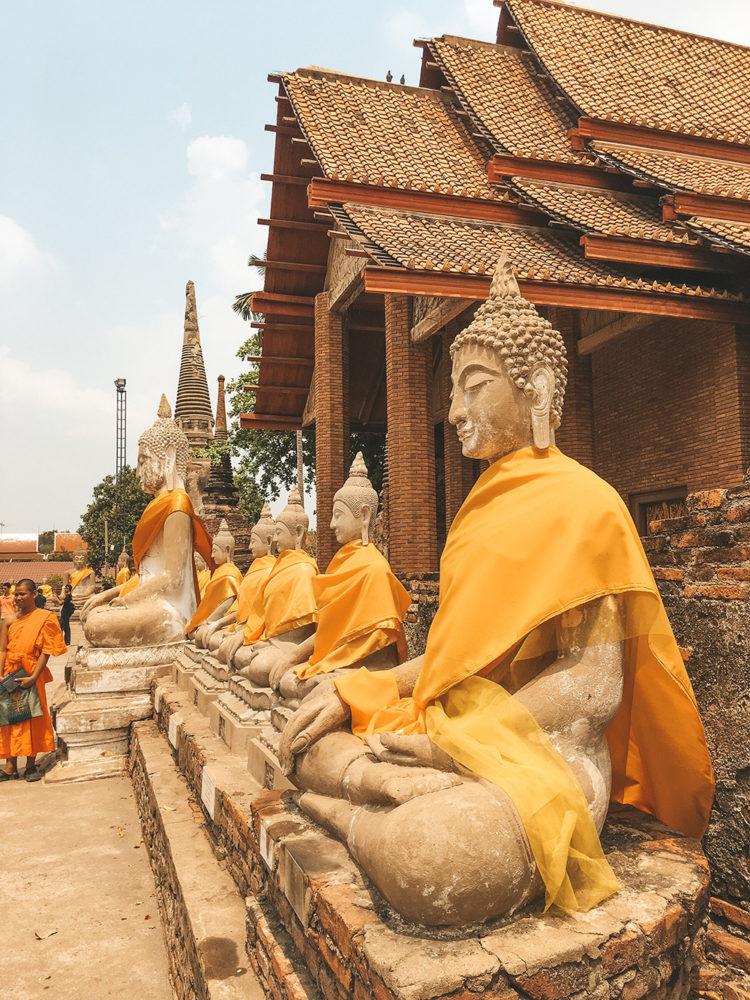 Petits bouddhas drapés de tulle couleur safran