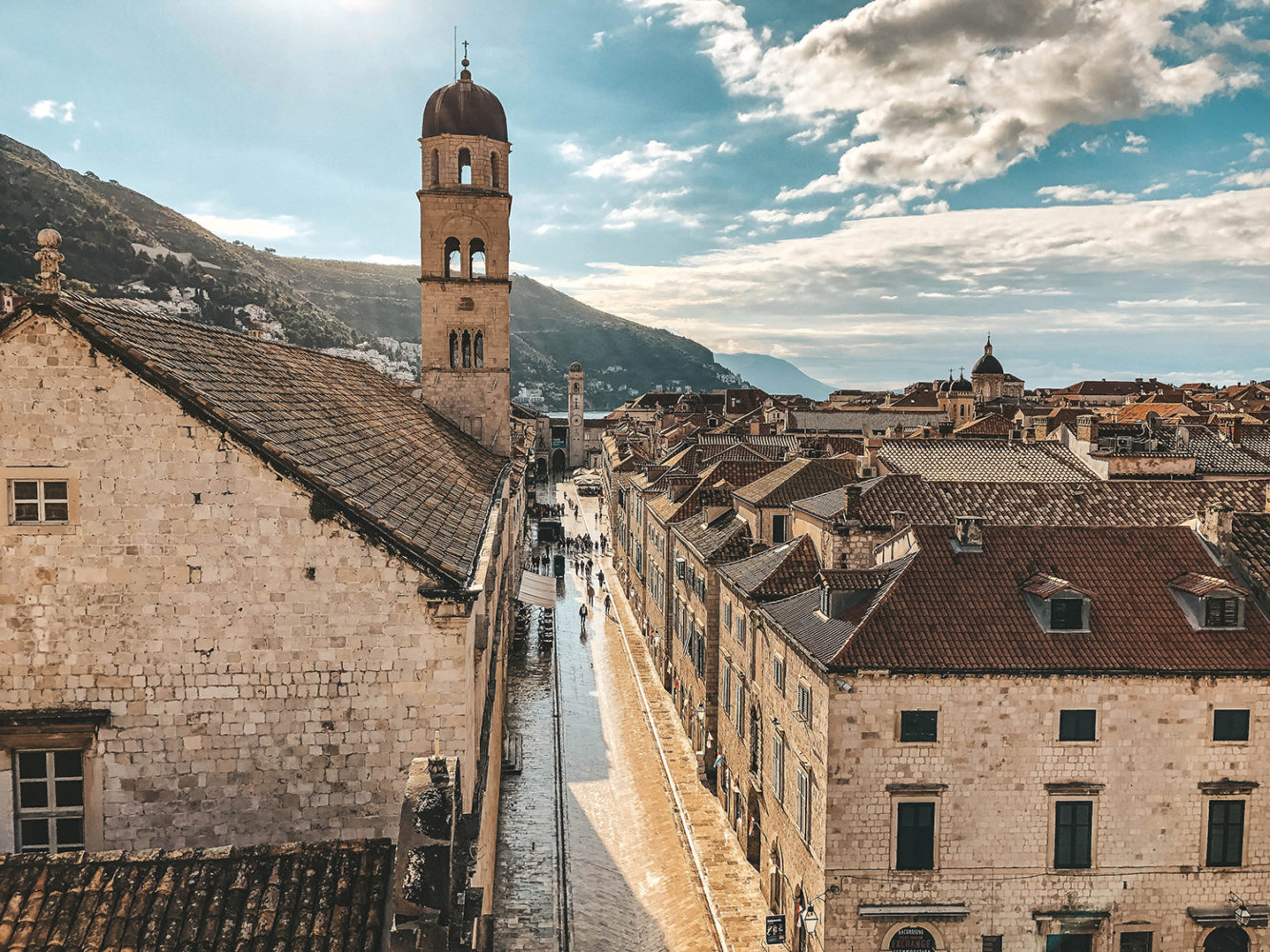 Vue sur la rue principale depuis les remparts de Dubrovnik