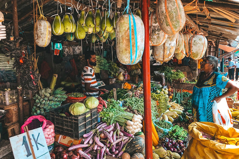 Un commerçant en pleine discussion avec une sri lankaise