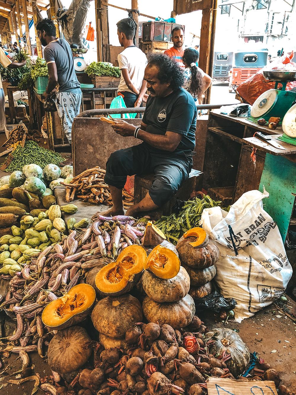 Un primeur taillant méticuleusement ses légumes