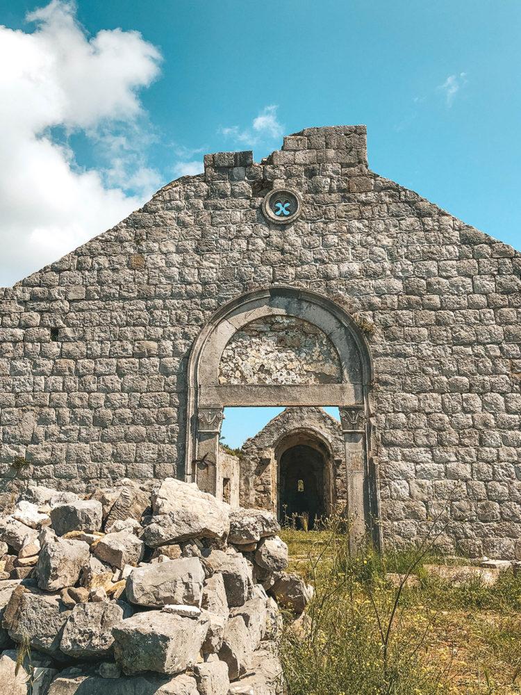 L'entrée de la petite chapelle en ruine