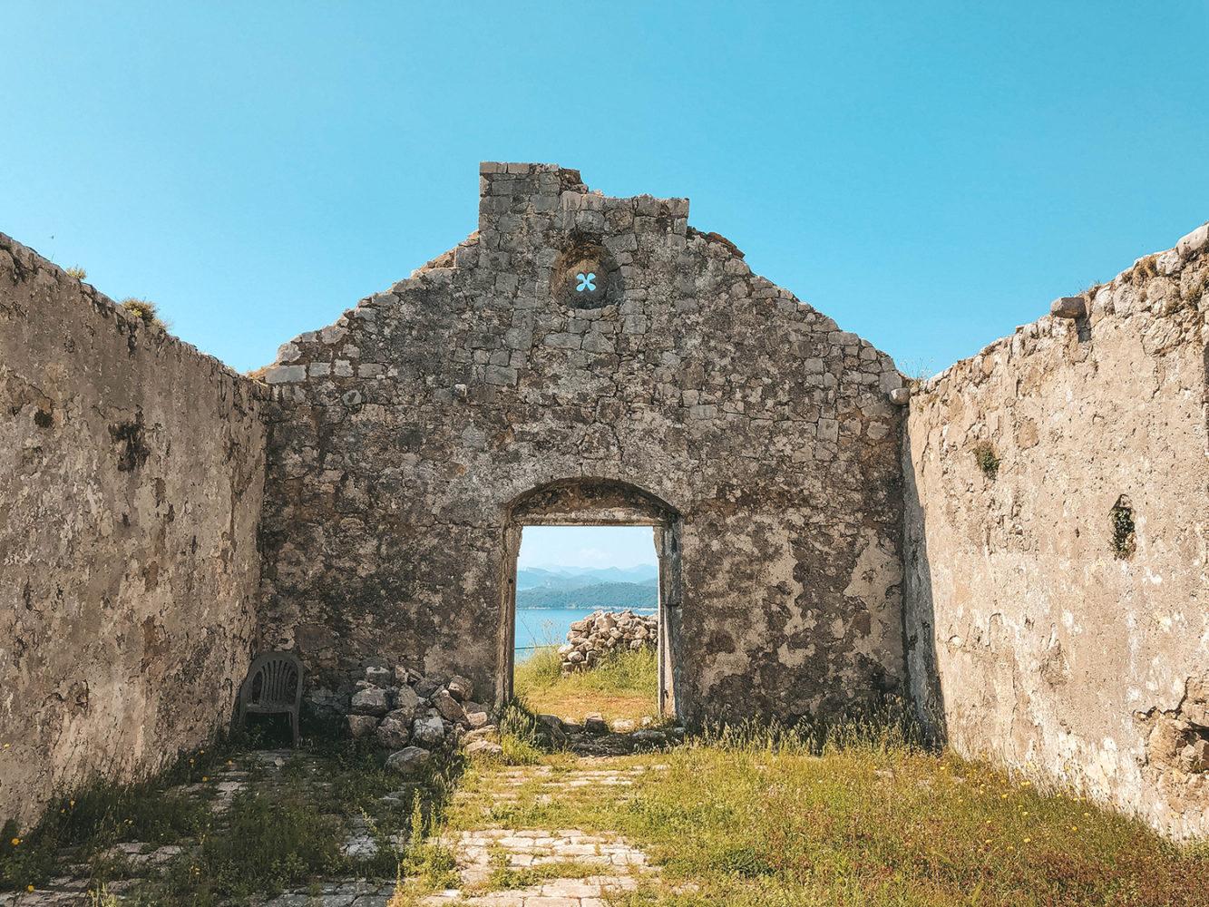 La petite chapelle en ruine sur les hauteurs de l'île