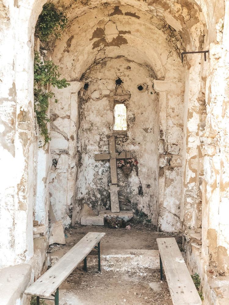 La croix en ruine de la petite chapelle