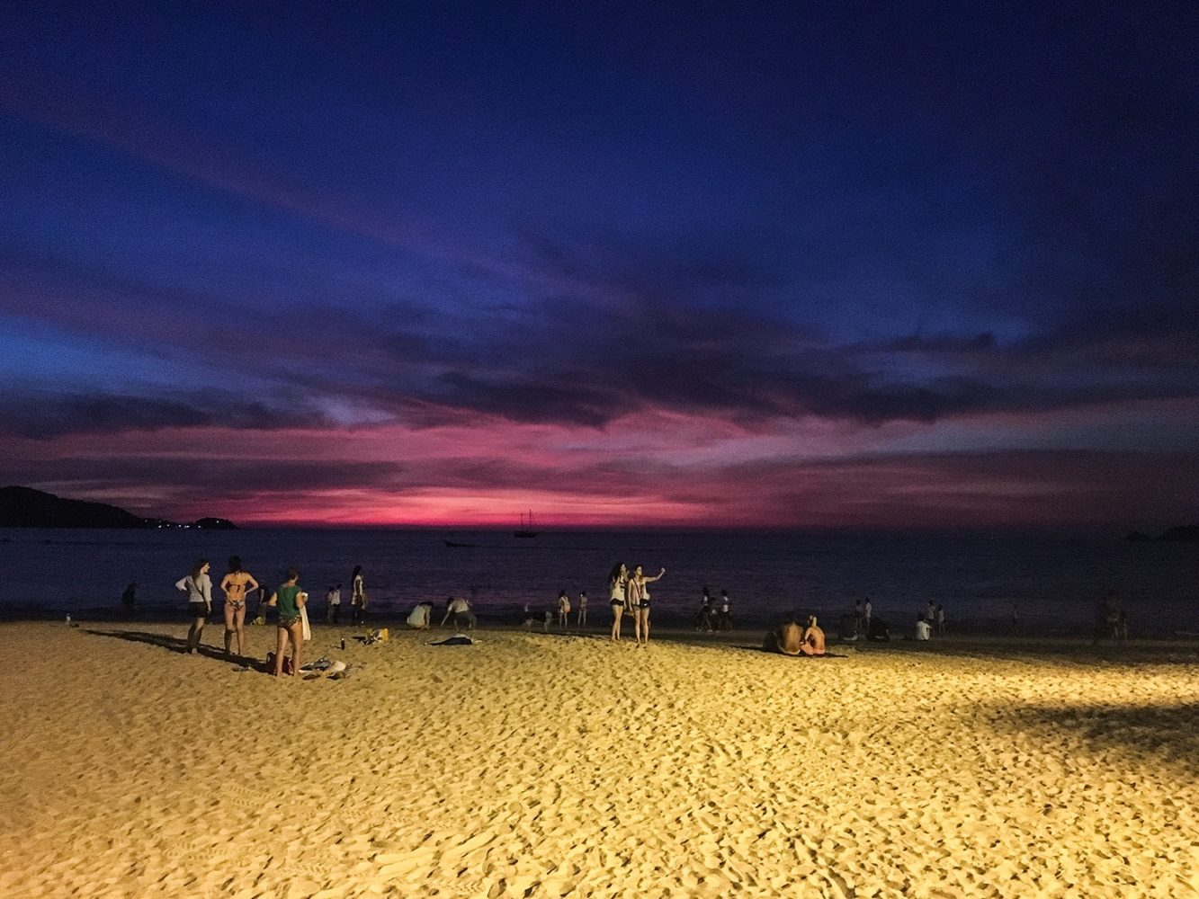 Fin de journée avec un incroyable coucher de soleil sans retouches sur Patong Beach