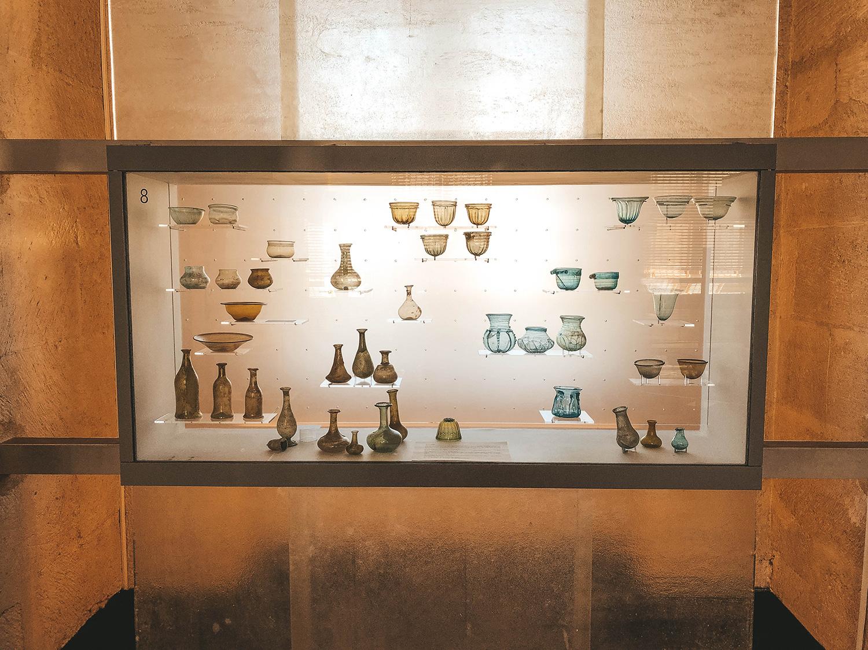 Vitrine de contenants antiques