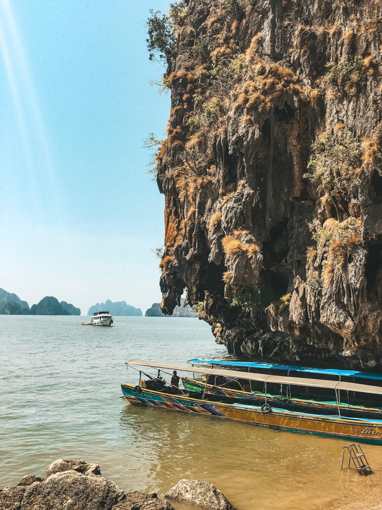 Bateau de touristes sur l'île de Koh Panak