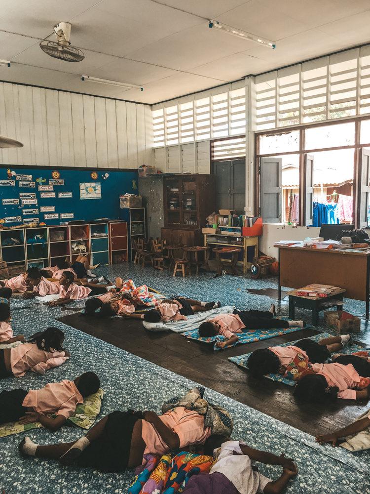 L'heure de la sieste pour les écoliers du village