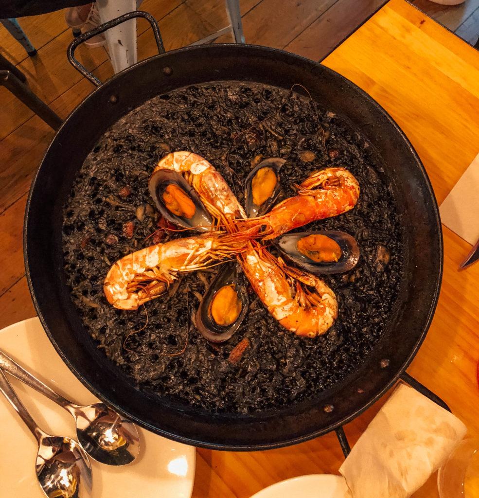 Paella à l'encre de seiche, pour changer de la traditionnelle au safran