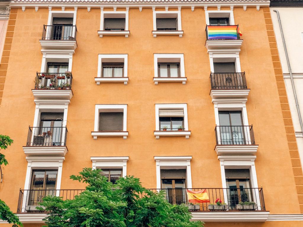 Le drapeau des fiertés accroché aux balcons de la Chueca