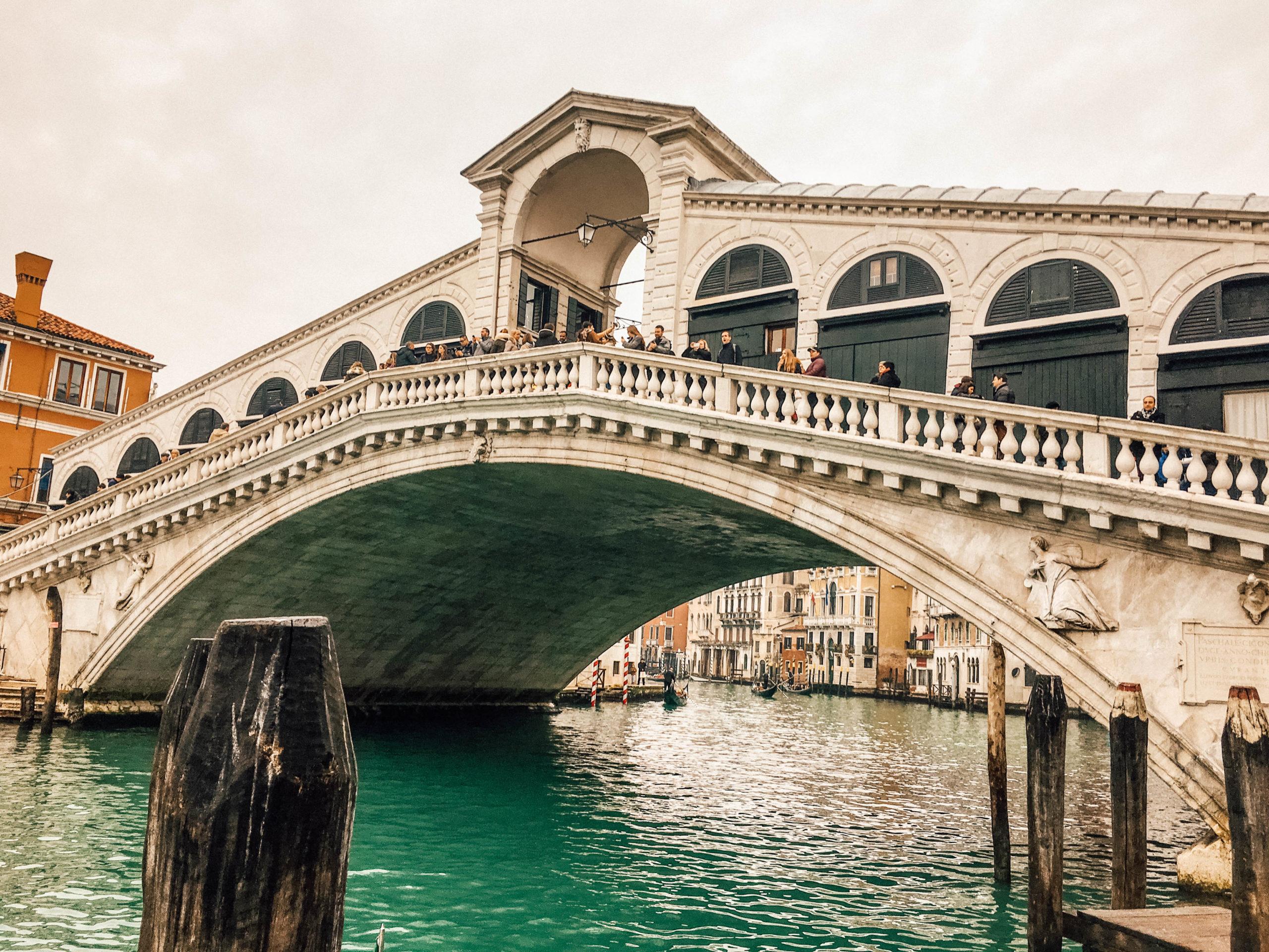 Le Pont du Rialto pris d'une rive sur le côté