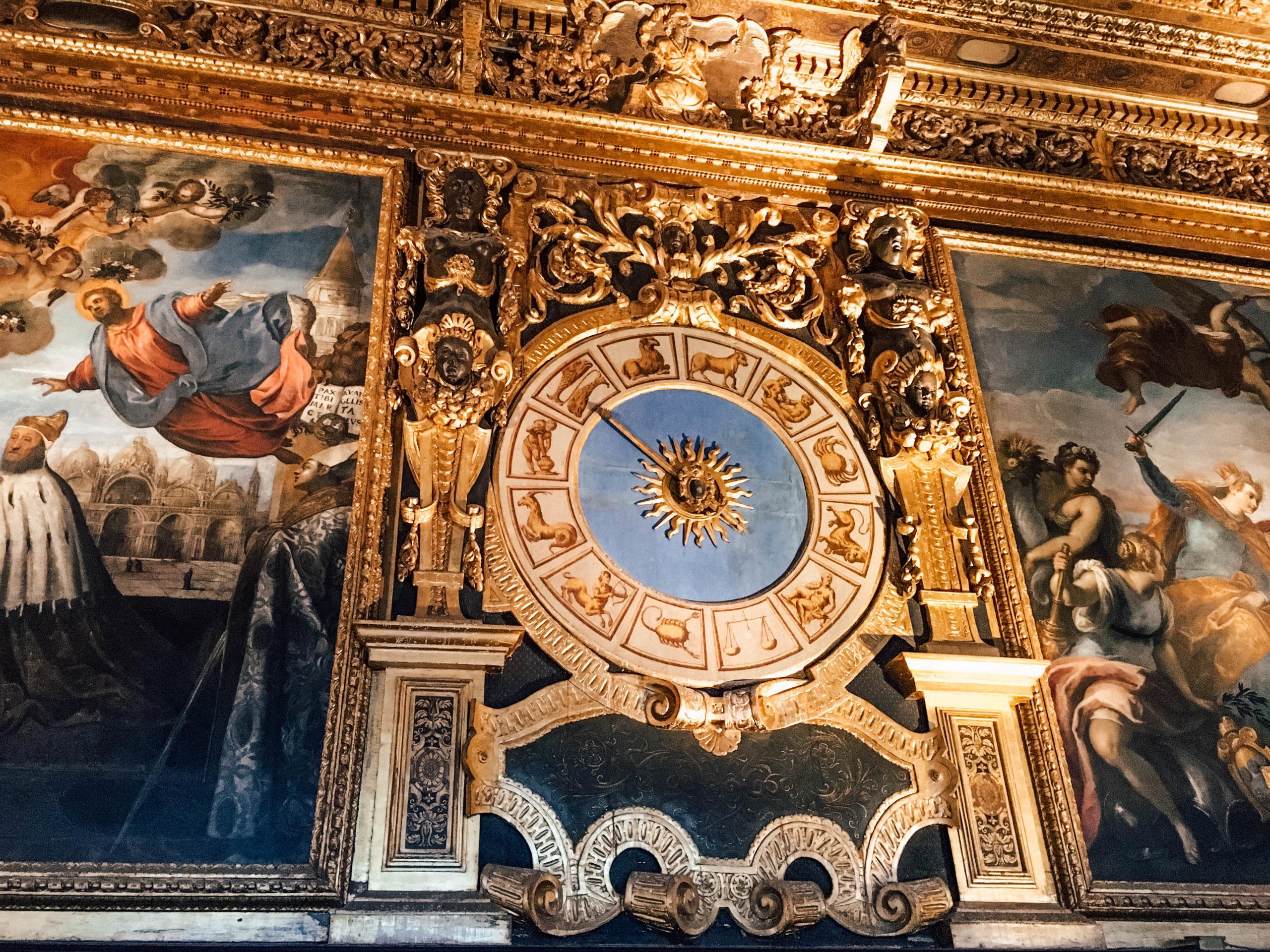Des dorures et des peintures magnifiques dans les pièces du pouvoir