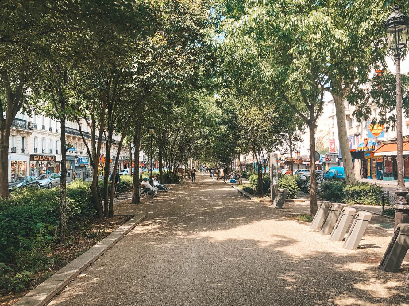 La grande allée piétonne du quartier de Pigalle