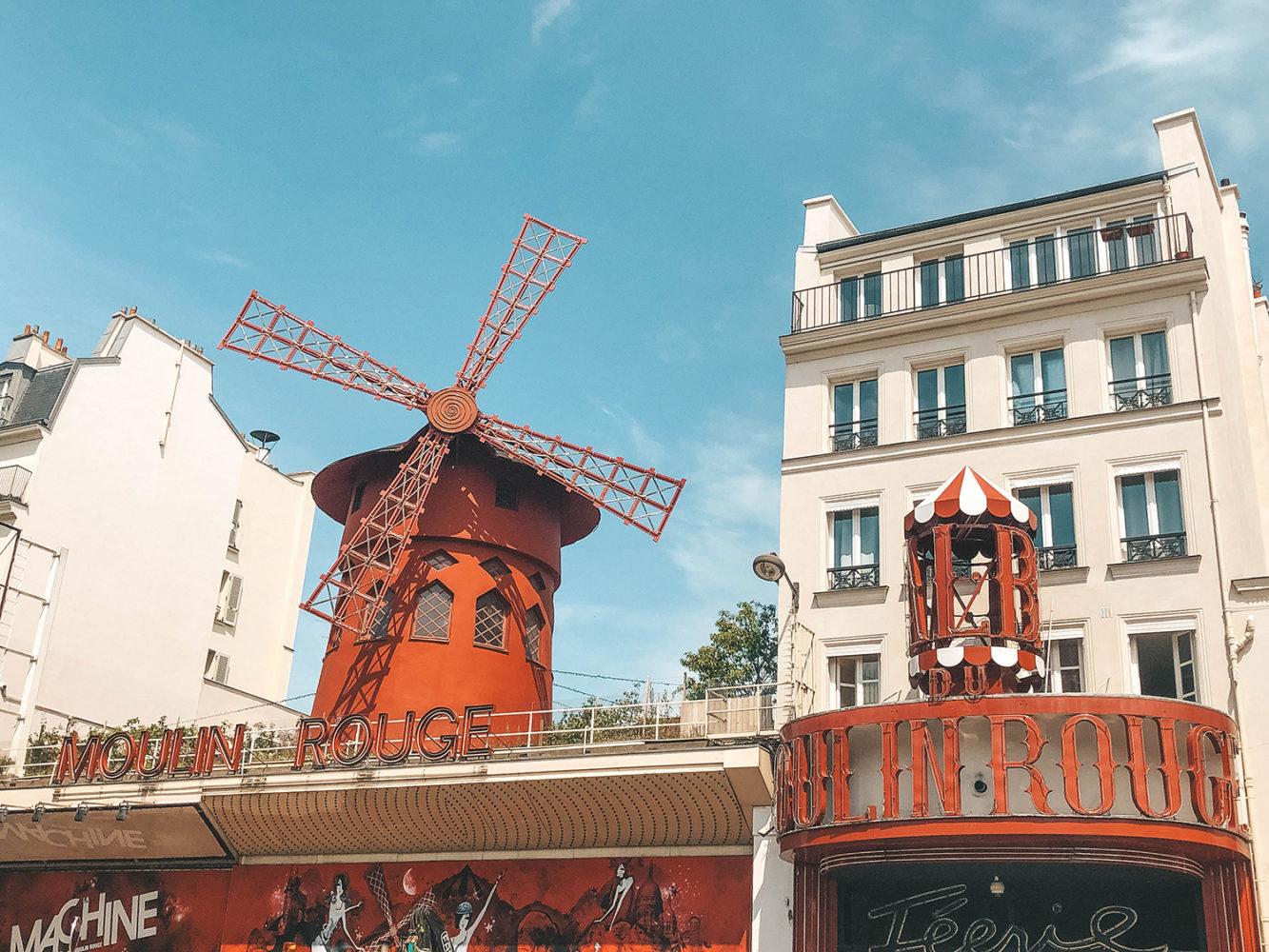 Le décor majestueux de la façade du Moulin Rouge