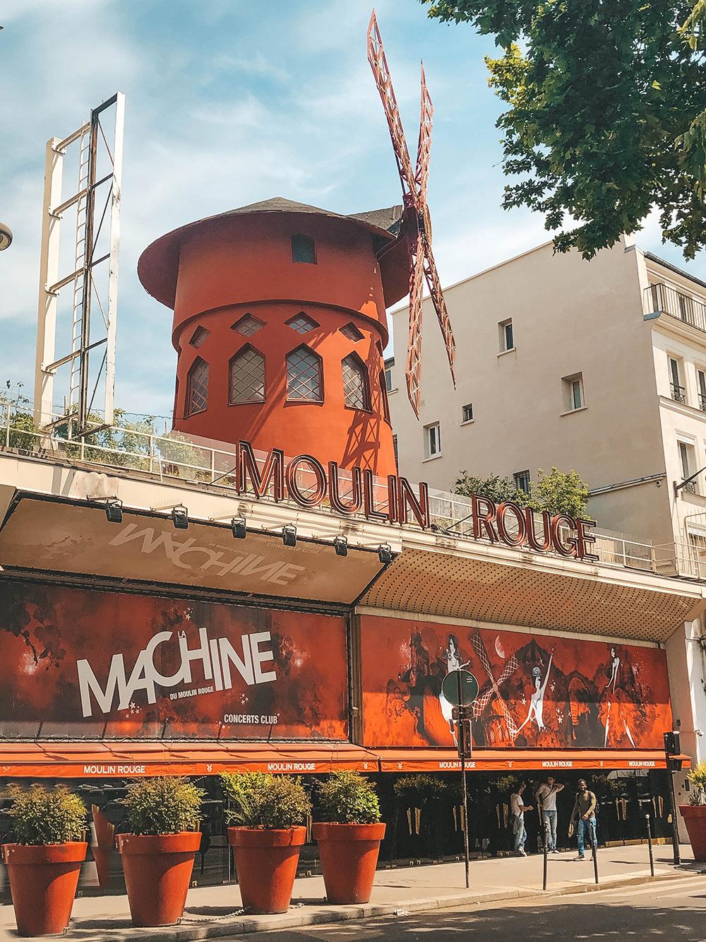 L'entrée principale du Moulin Rouge