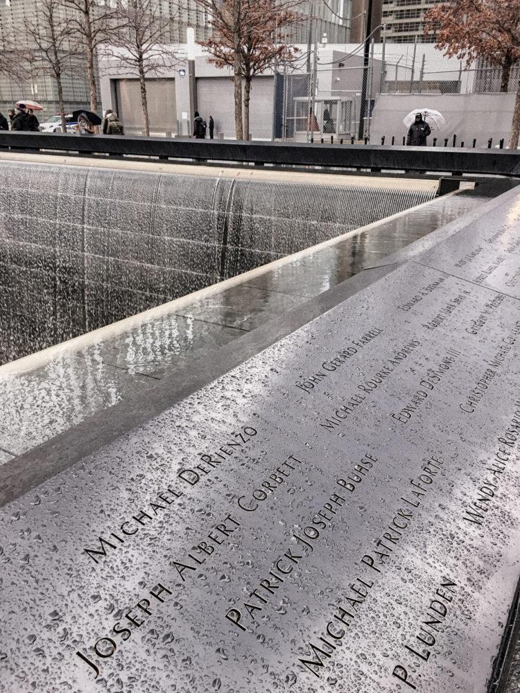 Les noms des victimes gravés autour des bassins