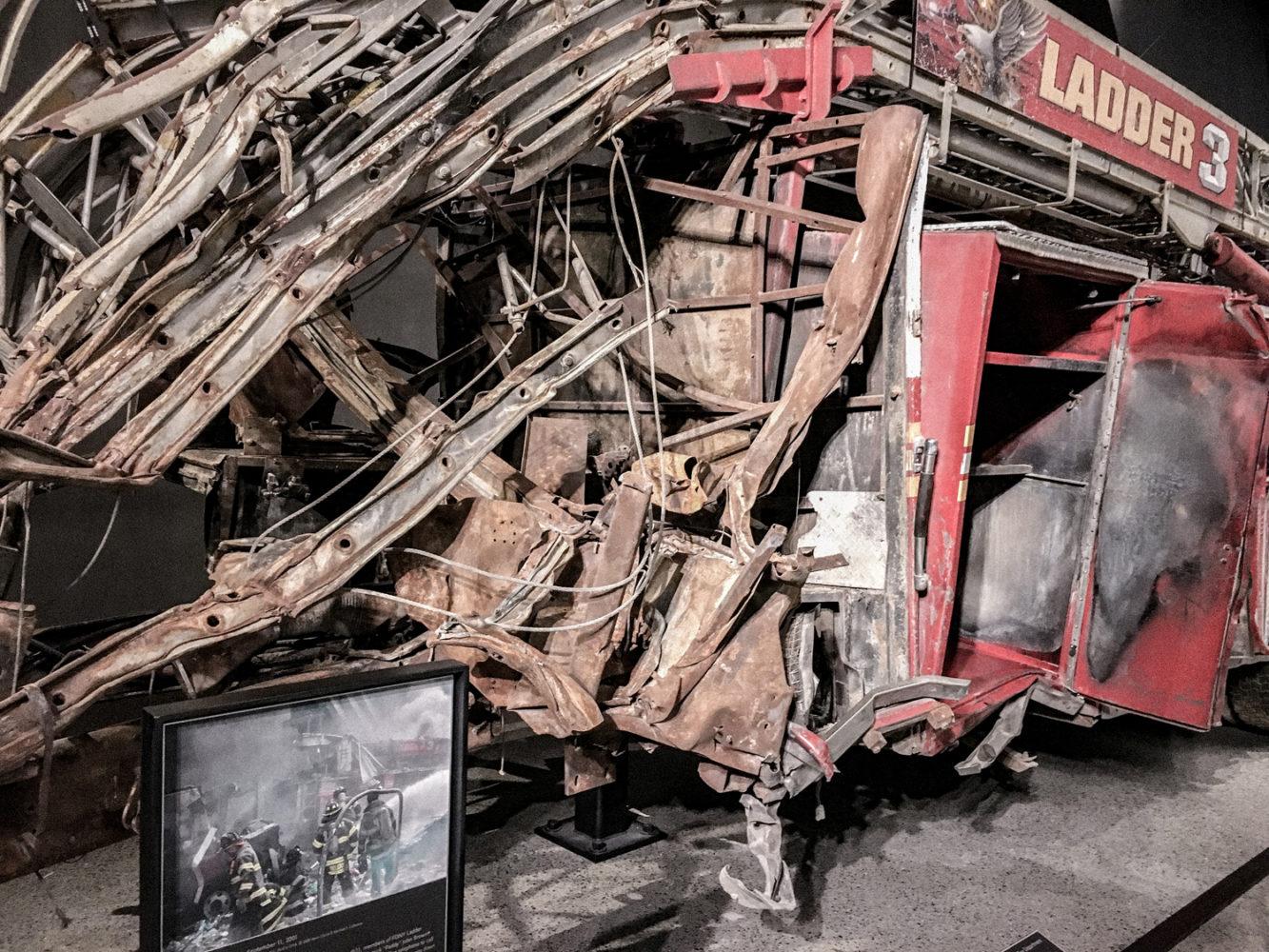 Vestige d'un camion de pompier écrasé par les tours