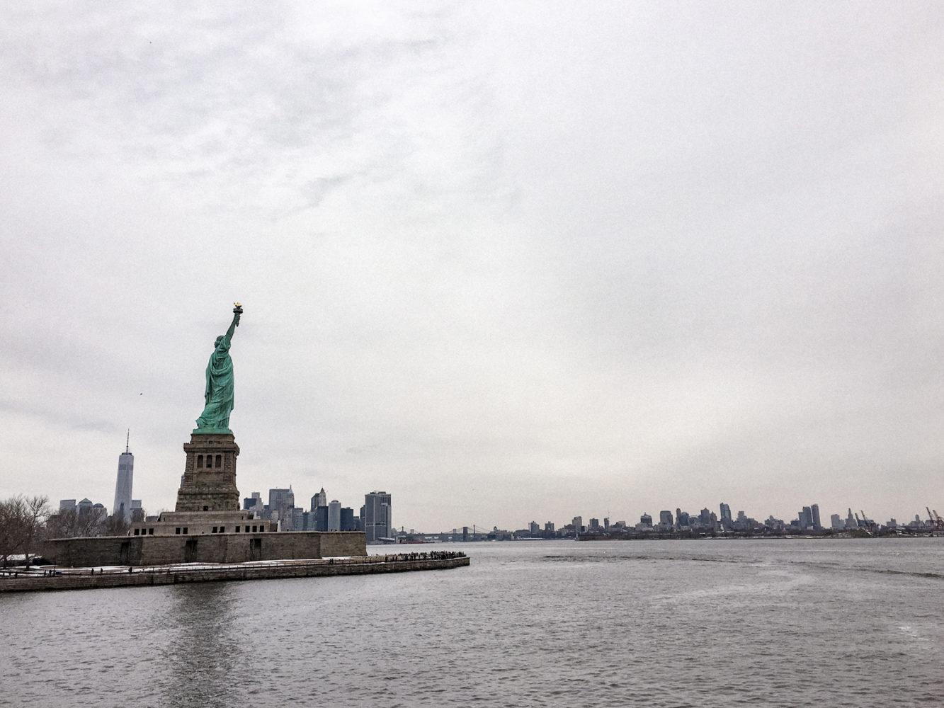 Vue de la statue de la Liberté, Manhattan à gauche et Brooklyn à droite
