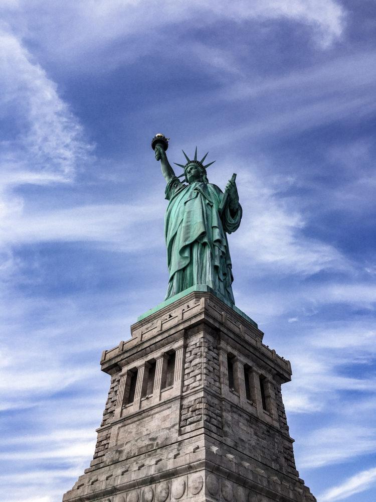 Au piédestal de la statue de la Liberté