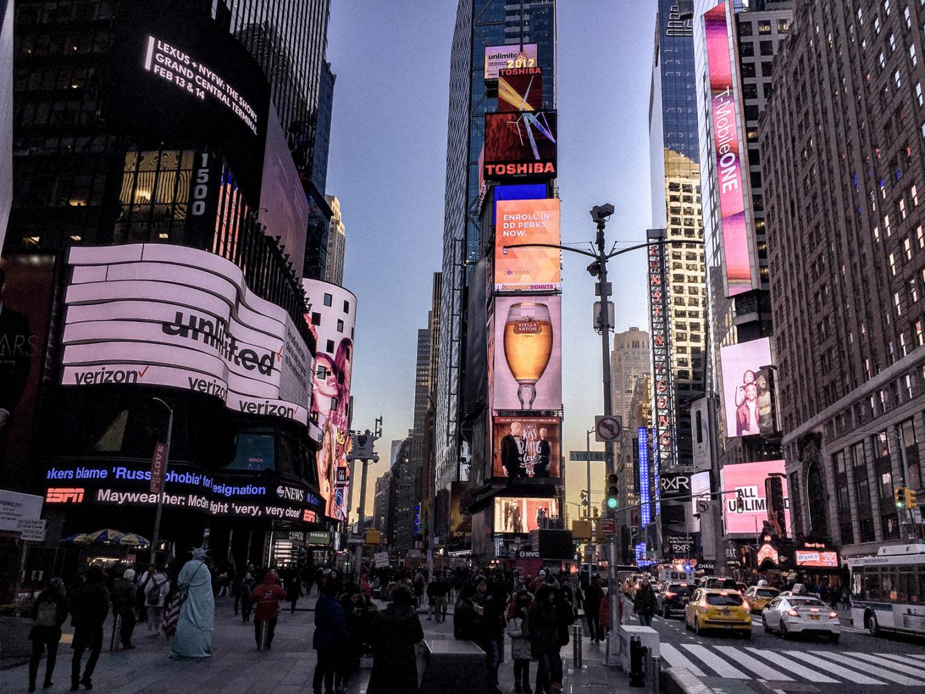 Les panneaux publicitaires illuminent la rue