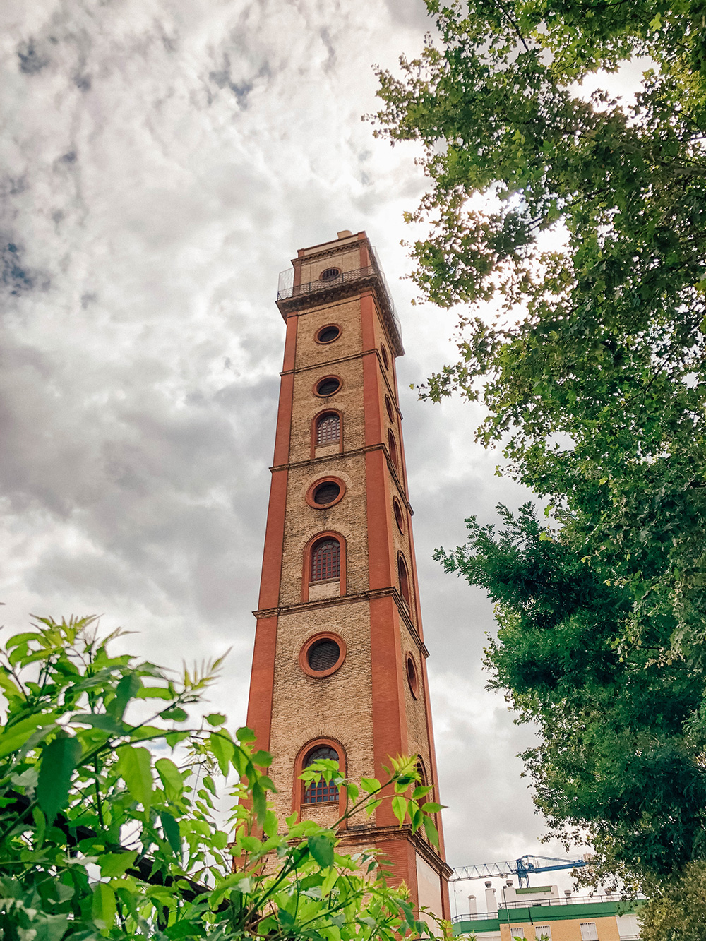 Autre point de vue depuis le pied de la tour